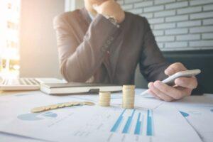 pessoa calculando investimento