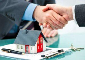 duas pessoas apertando as mãos fechando a compra de uma casa