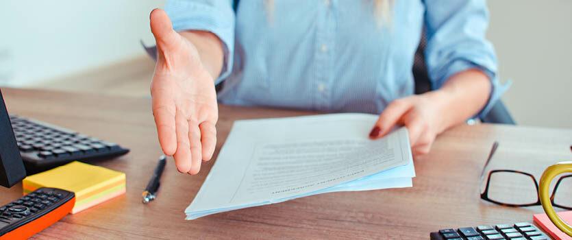 imagem de um homem estendo a mão e na outra mão um contrato.